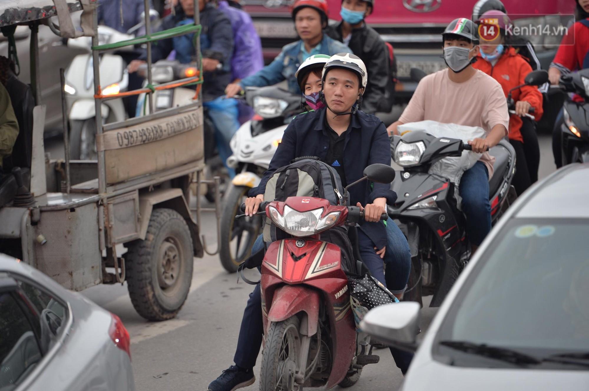 Kết thúc ngày làm việc trước kỳ nghỉ lễ 30/4, hàng nghìn người dân khăn gói về quê khiến nhiều tuyến đường ách tắc 14