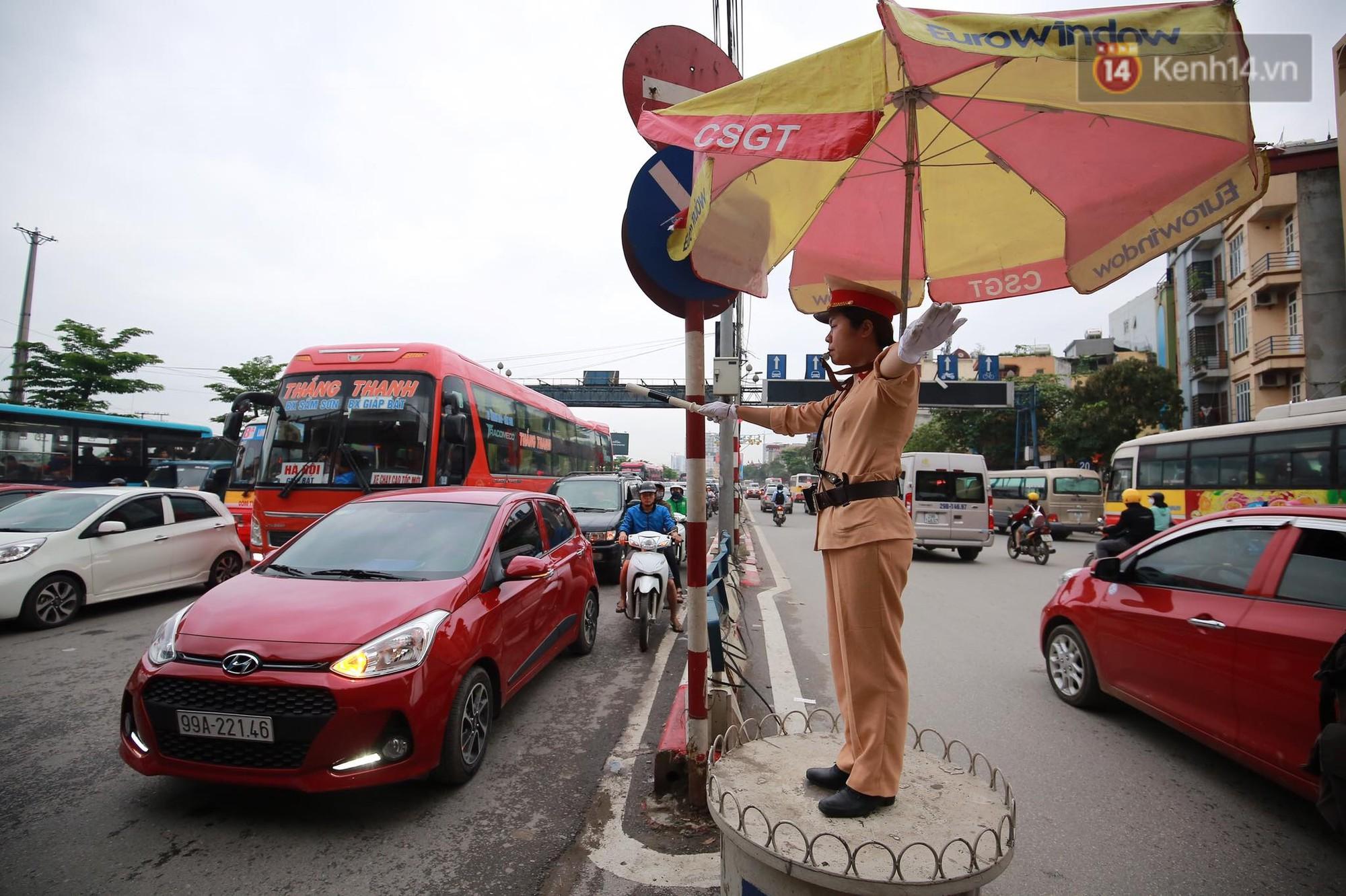 Kết thúc ngày làm việc trước kỳ nghỉ lễ 30/4, hàng nghìn người dân khăn gói về quê khiến nhiều tuyến đường ách tắc 15