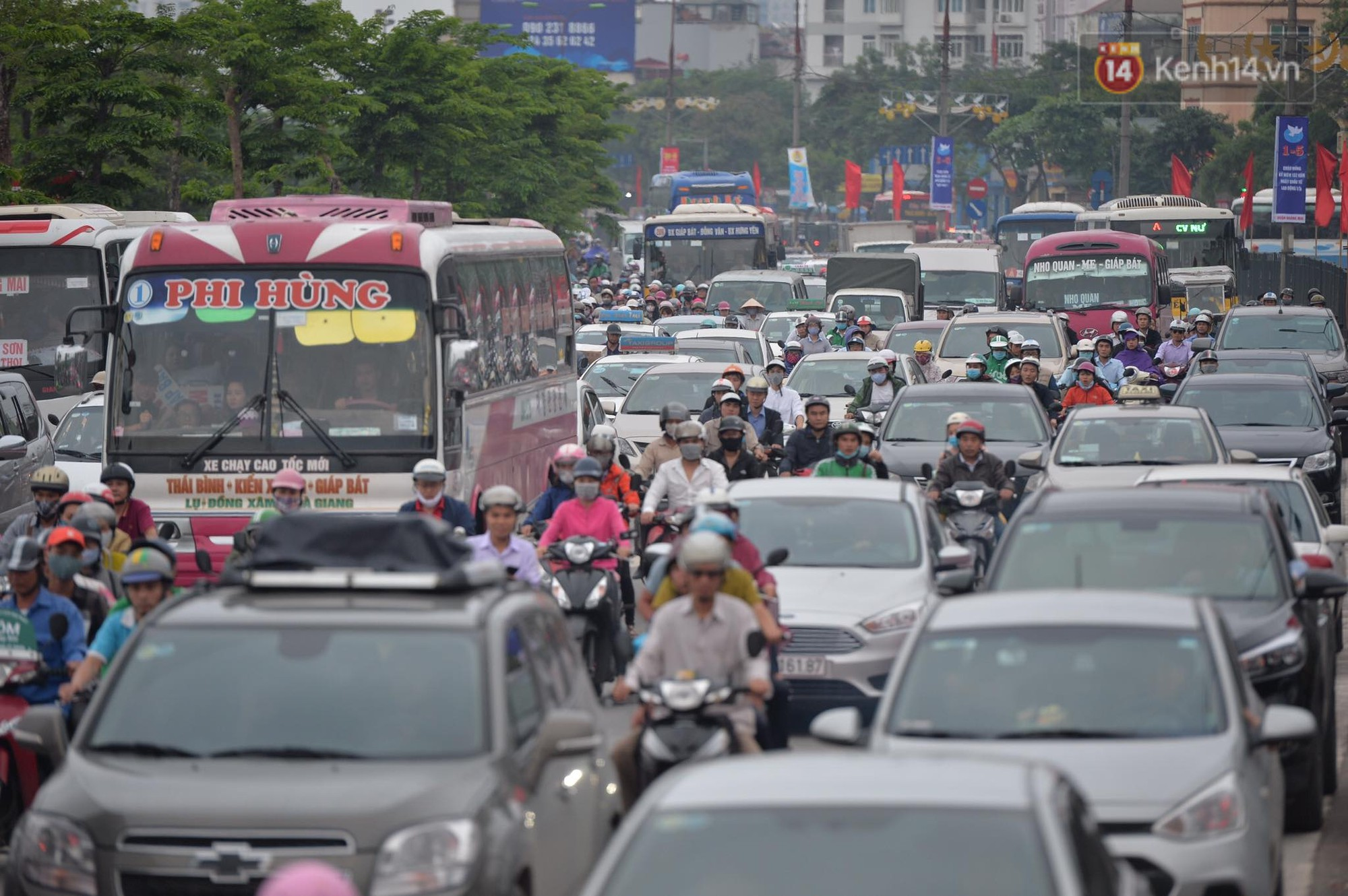 Kết thúc ngày làm việc trước kỳ nghỉ lễ 30/4, hàng nghìn người dân khăn gói về quê khiến nhiều tuyến đường ách tắc 10