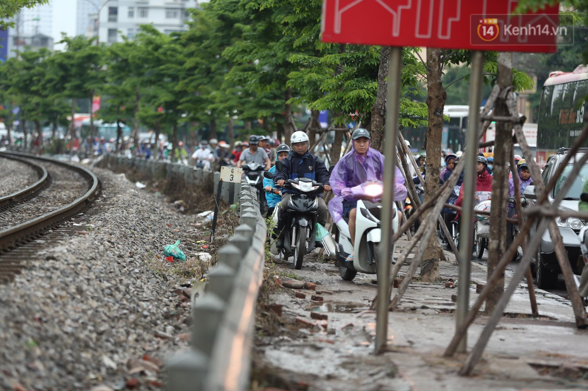 Kết thúc ngày làm việc trước kỳ nghỉ lễ 30/4, hàng nghìn người dân khăn gói về quê khiến nhiều tuyến đường ách tắc 17