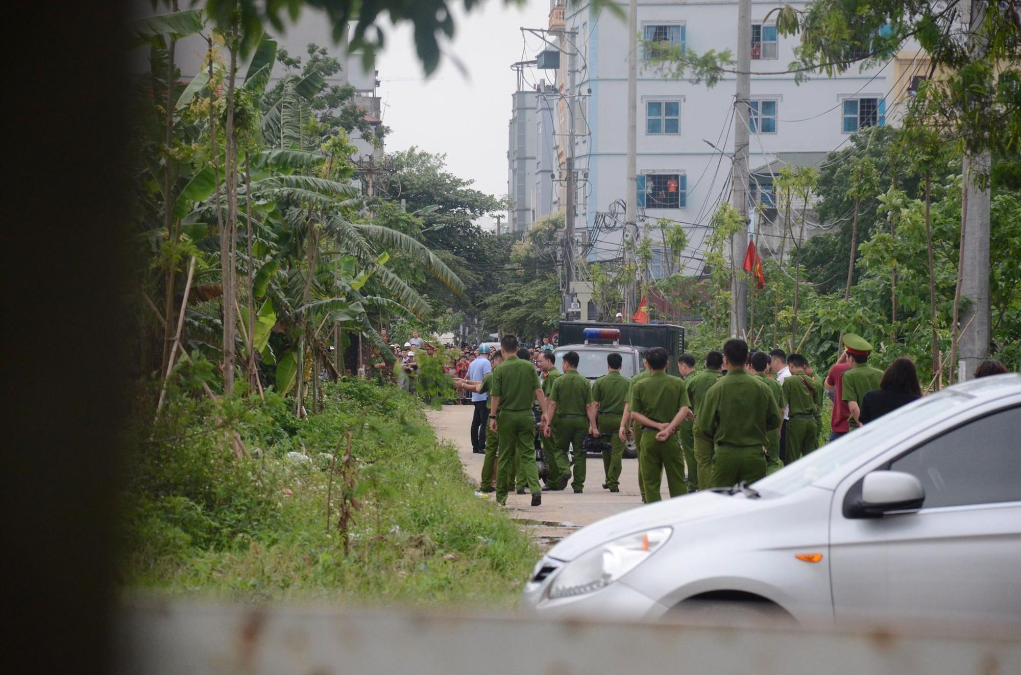 Thực nghiệm hiện trường vụ nam sinh viên bị sát hại, vứt xác phi tang trong bụi chuối - Ảnh 2.