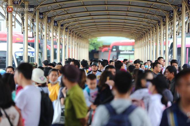 Hà Nội: Xe khách bị hạ tải do nhồi nhét vẫn tiếp tục bắt khách ngoài bến 1