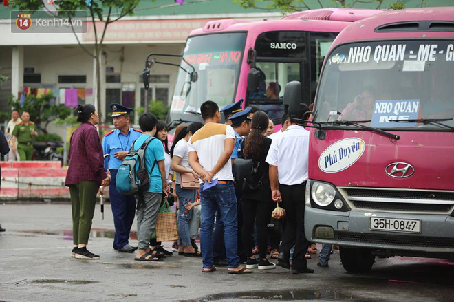 Hà Nội: Xe khách bị hạ tải do nhồi nhét vẫn tiếp tục bắt khách ngoài bến 3