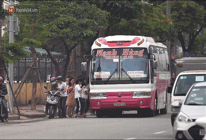 Hà Nội: Xe khách bị hạ tải do nhồi nhét vẫn tiếp tục bắt khách ngoài bến 9