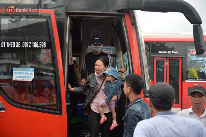 Hà Nội: Xe khách bị hạ tải do nhồi nhét vẫn tiếp tục bắt khách ngoài bến 8