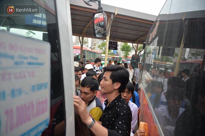 Hà Nội: Xe khách bị hạ tải do nhồi nhét vẫn tiếp tục bắt khách ngoài bến 4
