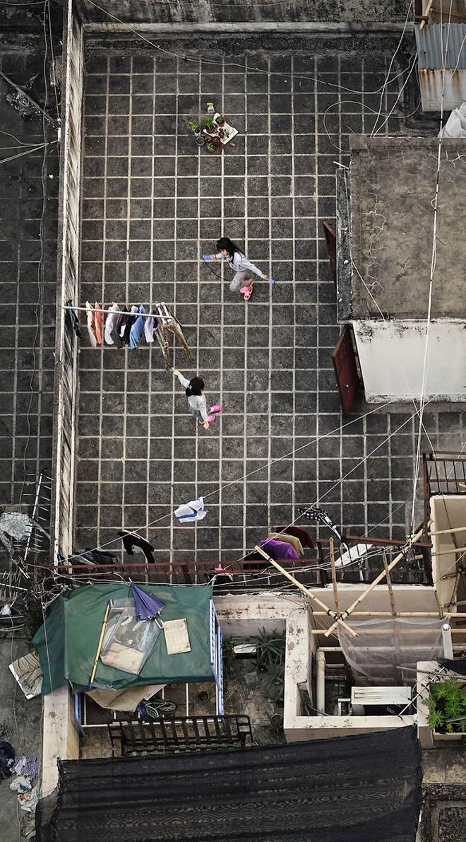 [Ảnh] Concrete stories: Cuộc sống muôn màu trên những tầng thượng của Hồng Kông - Ảnh 6.