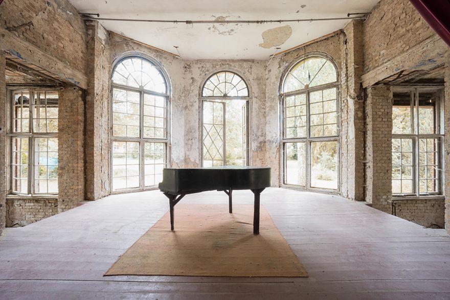 Đi khắp châu Âu tìm những chiếc piano bị lãng quên, người nghệ sĩ khiến mọi người nín lặng vì vẻ đẹp nhuốm màu thời gian - Ảnh 15.