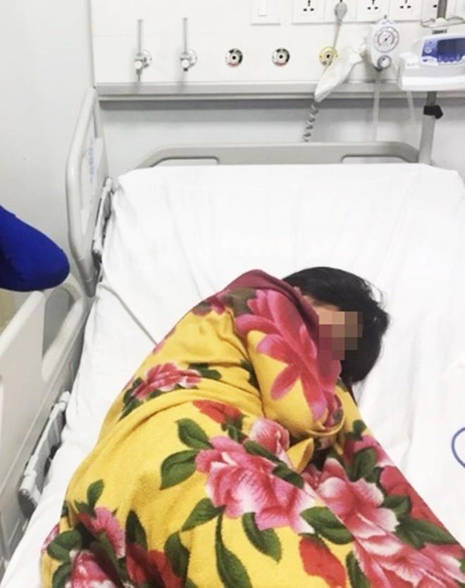 Ngủ trong mùng, bé gái 11 tuổi ở TP.HCM bị con rết dài 30 cm chui vào cắn trọng thương - Ảnh 2.