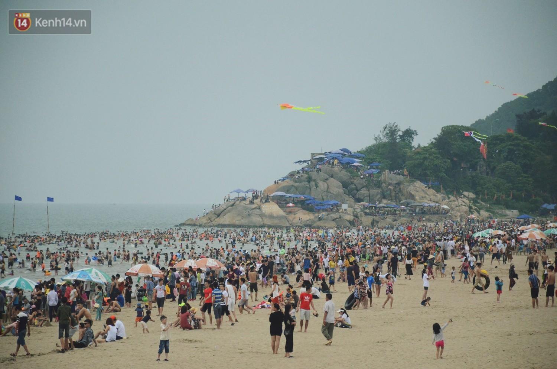 Biển người ken đặc, chen chúc trên các bãi tắm ở Sầm Sơn dịp lễ