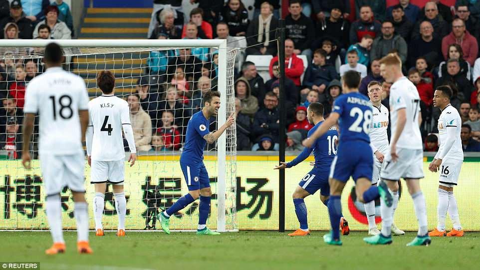 Fabregas lập siêu phẩm, Chelsea chưa buông hy vọng giành vé Champions League - Ảnh 3.