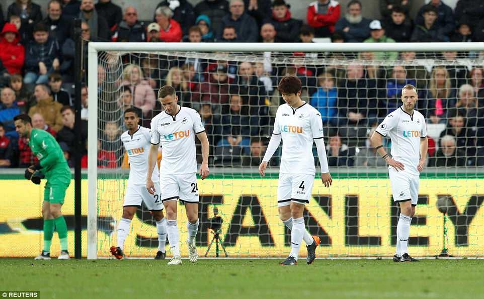 Fabregas lập siêu phẩm, Chelsea chưa buông hy vọng giành vé Champions League - Ảnh 6.