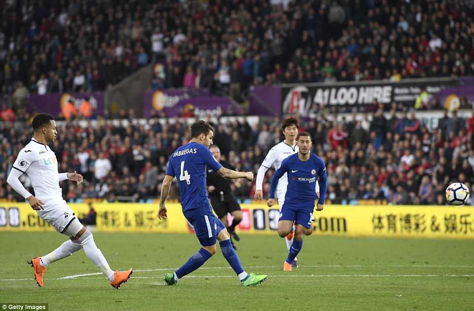 Fabregas lập siêu phẩm, Chelsea chưa buông hy vọng giành vé Champions League - Ảnh 4.