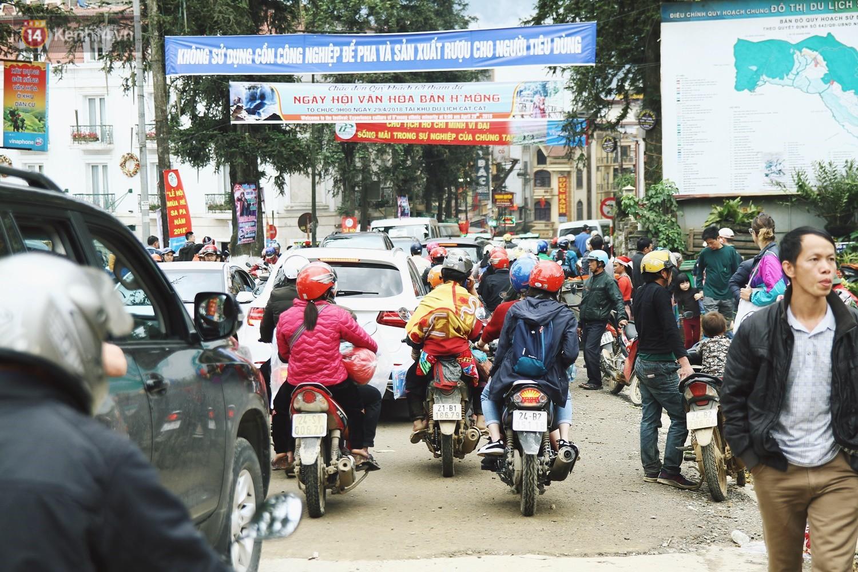 Chùm ảnh: Ô tô, xe máy nhích từng chút trong thị trấn Sapa do lượng người đổ về vui chơi lễ 30/4 tăng đột biến - Ảnh 17.