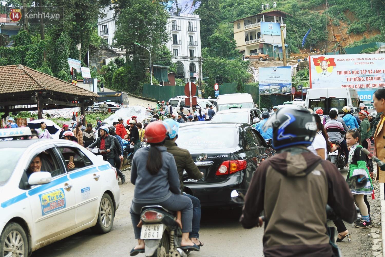 Chùm ảnh: Ô tô, xe máy nhích từng chút trong thị trấn Sapa do lượng người đổ về vui chơi lễ 30/4 tăng đột biến - Ảnh 8.