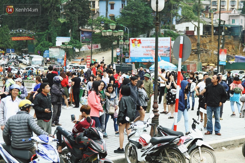 Chùm ảnh: Ô tô, xe máy nhích từng chút trong thị trấn Sapa do lượng người đổ về vui chơi lễ 30/4 tăng đột biến - Ảnh 7.