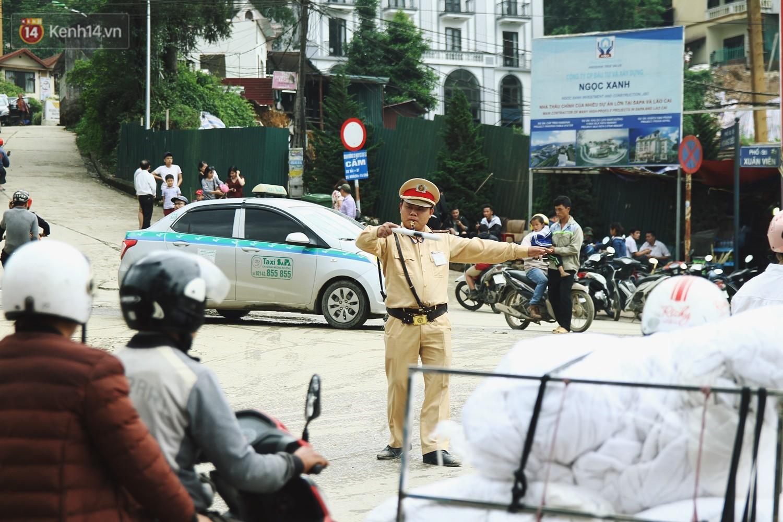 Chùm ảnh: Ô tô, xe máy nhích từng chút trong thị trấn Sapa do lượng người đổ về vui chơi lễ 30/4 tăng đột biến - Ảnh 11.