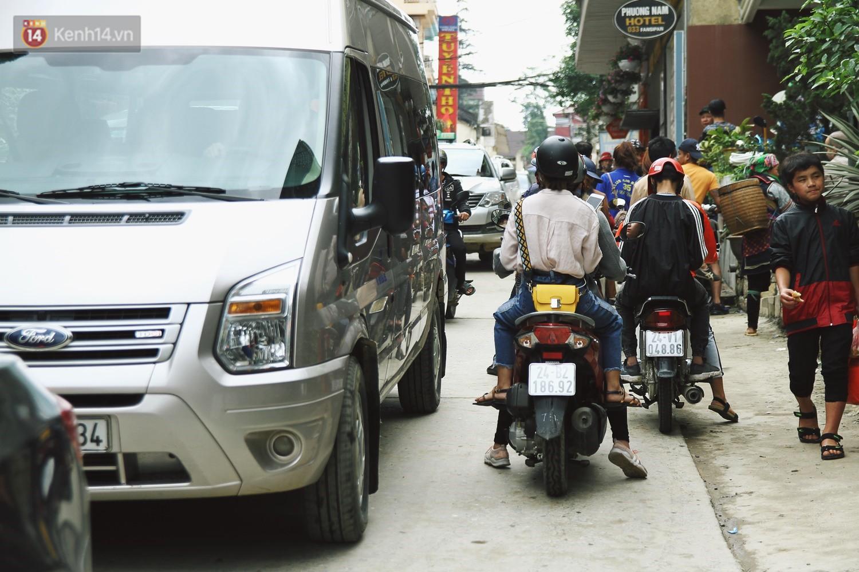 Chùm ảnh: Ô tô, xe máy nhích từng chút trong thị trấn Sapa do lượng người đổ về vui chơi lễ 30/4 tăng đột biến - Ảnh 9.