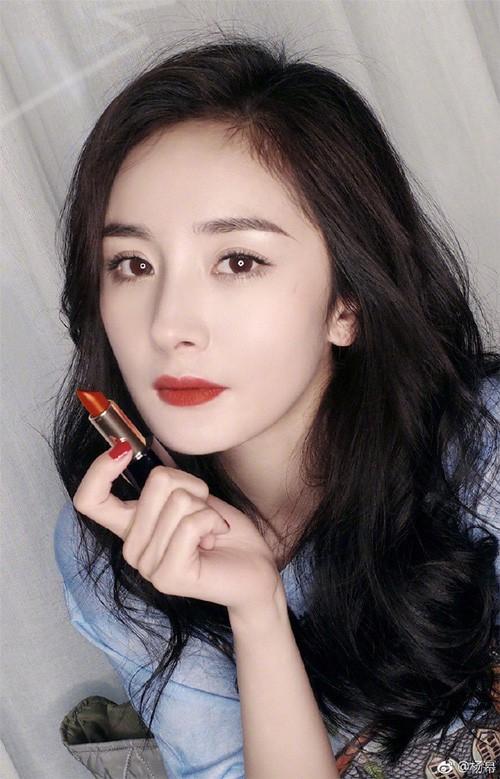 """Từ """"nữ thần quảng cáo"""" Dương Mịch bỗng bị nhãn hàng ghẻ lạnh, xóa bỏ hình ảnh sau scandal quỵt tiền từ thiện - Ảnh 1."""