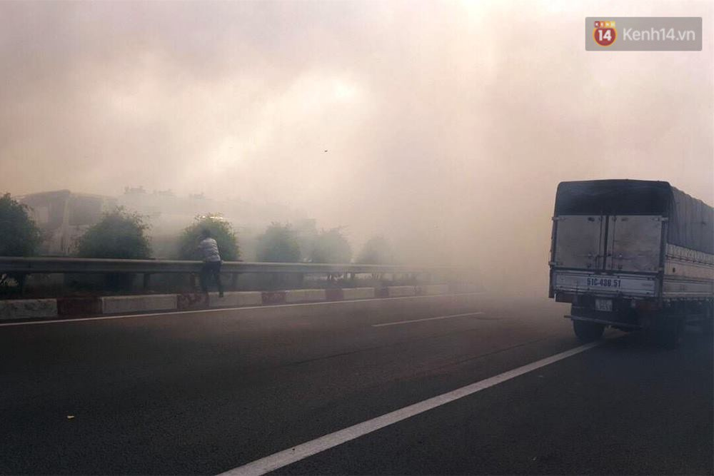 Chùm ảnh: Hiện trường vụ tai nạn liên hoàn trên cao tốc Long Thành - Dầu Giây vì khói rơm rạ mù mịt tấn công - Ảnh 1.