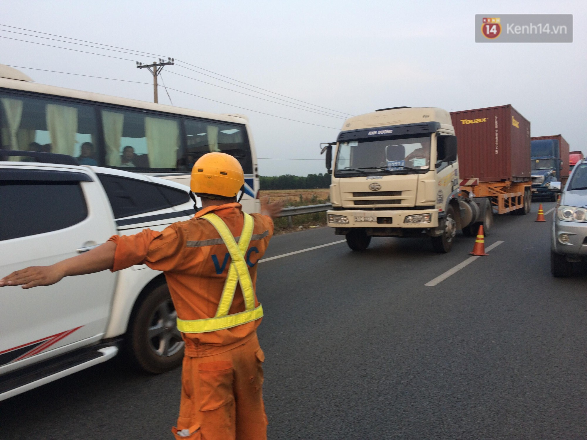 Chùm ảnh: Hiện trường vụ tai nạn liên hoàn trên cao tốc Long Thành - Dầu Giây vì khói rơm rạ mù mịt tấn công - Ảnh 14.