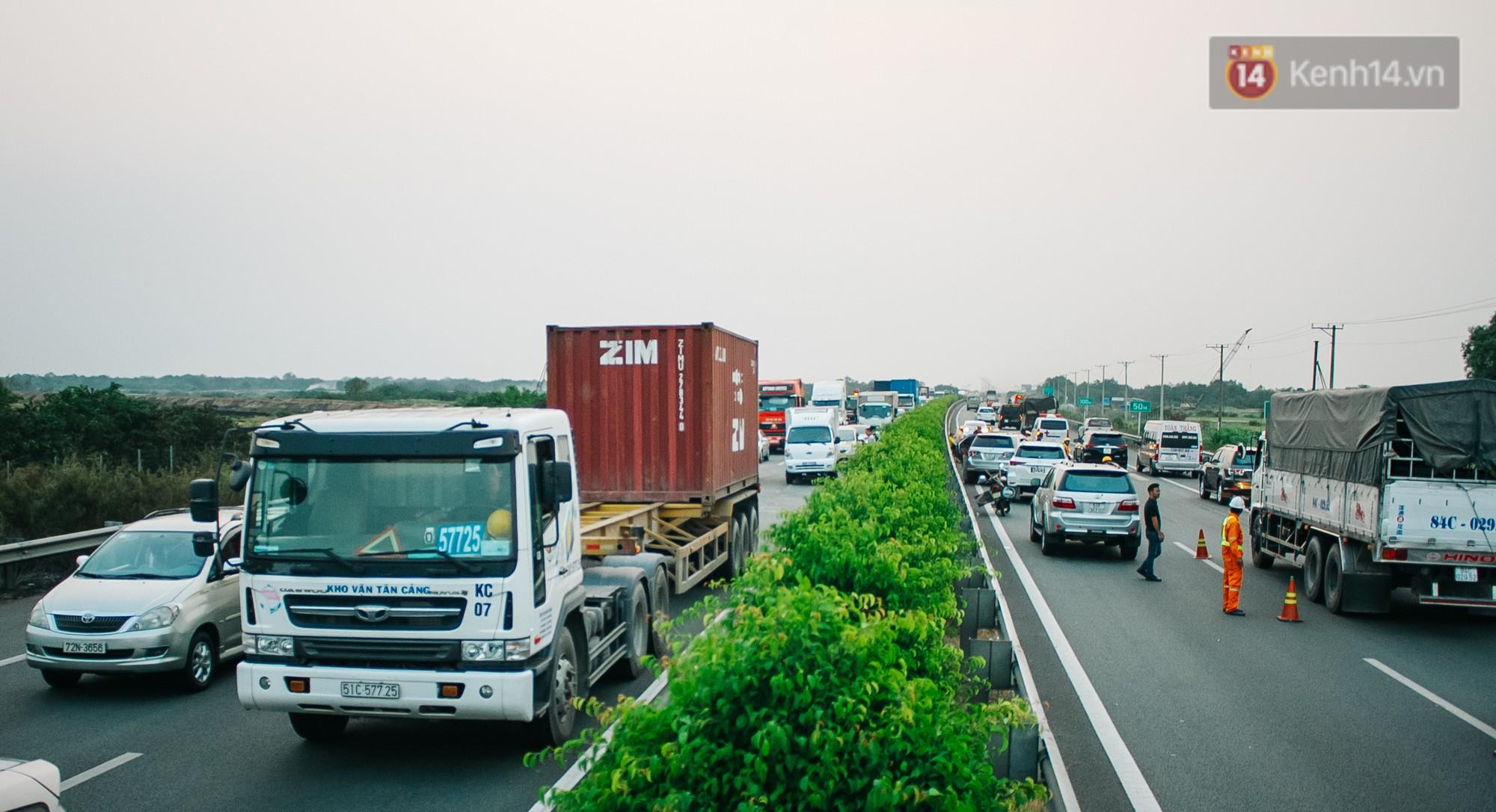Chùm ảnh: Hiện trường vụ tai nạn liên hoàn trên cao tốc Long Thành - Dầu Giây vì khói rơm rạ mù mịt tấn công - Ảnh 13.