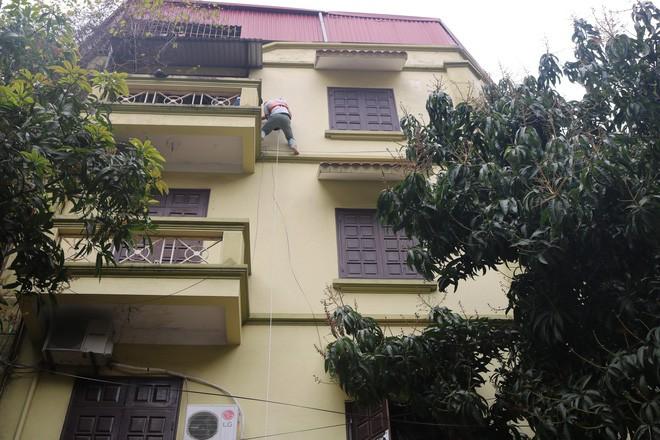 Hà Nội: Sau hàng loạt vụ cháy ở chung cư, cư dân và nhân viên văn phòng mua dây thoát hiểm về tập đu - Ảnh 1.