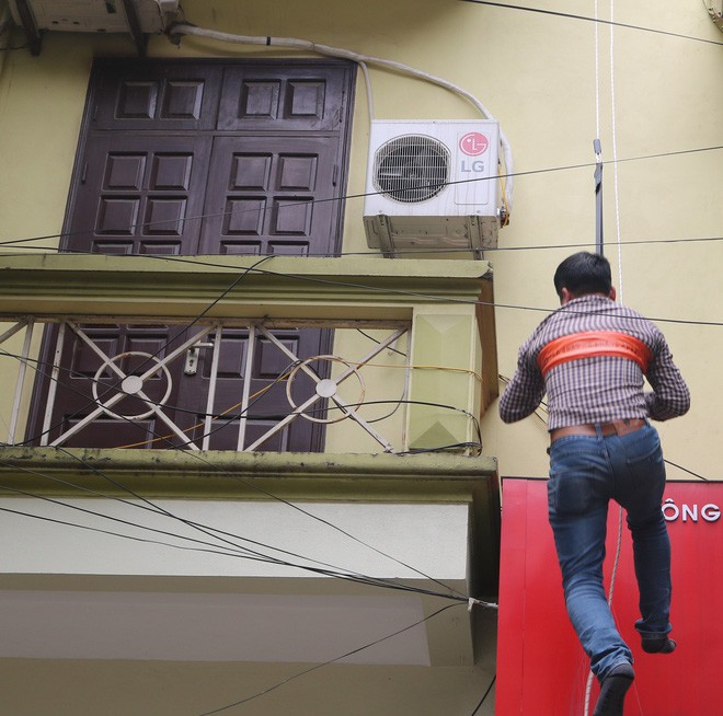 Hà Nội: Sau hàng loạt vụ cháy ở chung cư, cư dân và nhân viên văn phòng mua dây thoát hiểm về tập đu - Ảnh 2.