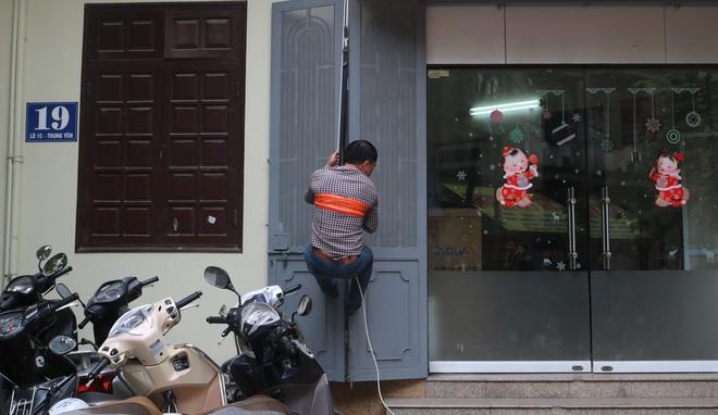Hà Nội: Sau hàng loạt vụ cháy ở chung cư, cư dân và nhân viên văn phòng mua dây thoát hiểm về tập đu - Ảnh 4.