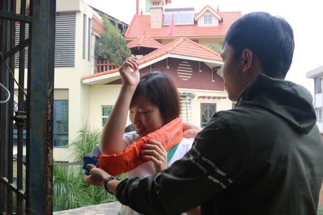 Hà Nội: Sau hàng loạt vụ cháy ở chung cư, cư dân và nhân viên văn phòng mua dây thoát hiểm về tập đu - Ảnh 6.