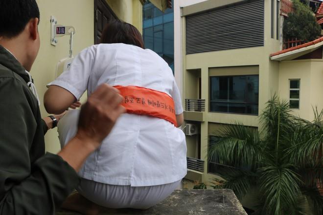 Hà Nội: Sau hàng loạt vụ cháy ở chung cư, cư dân và nhân viên văn phòng mua dây thoát hiểm về tập đu - Ảnh 7.