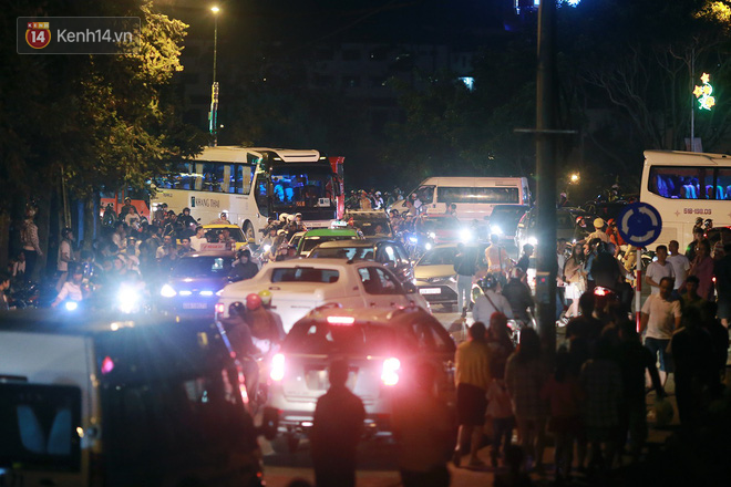 Đà Lạt chật kín du khách và phương tiện, các ngả đường ùn tắc kinh hoàng tối 30/4 - Ảnh 10.