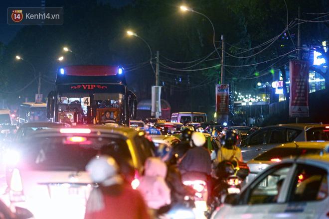 Đà Lạt chật kín du khách và phương tiện, các ngả đường ùn tắc kinh hoàng tối 30/4 - Ảnh 3.