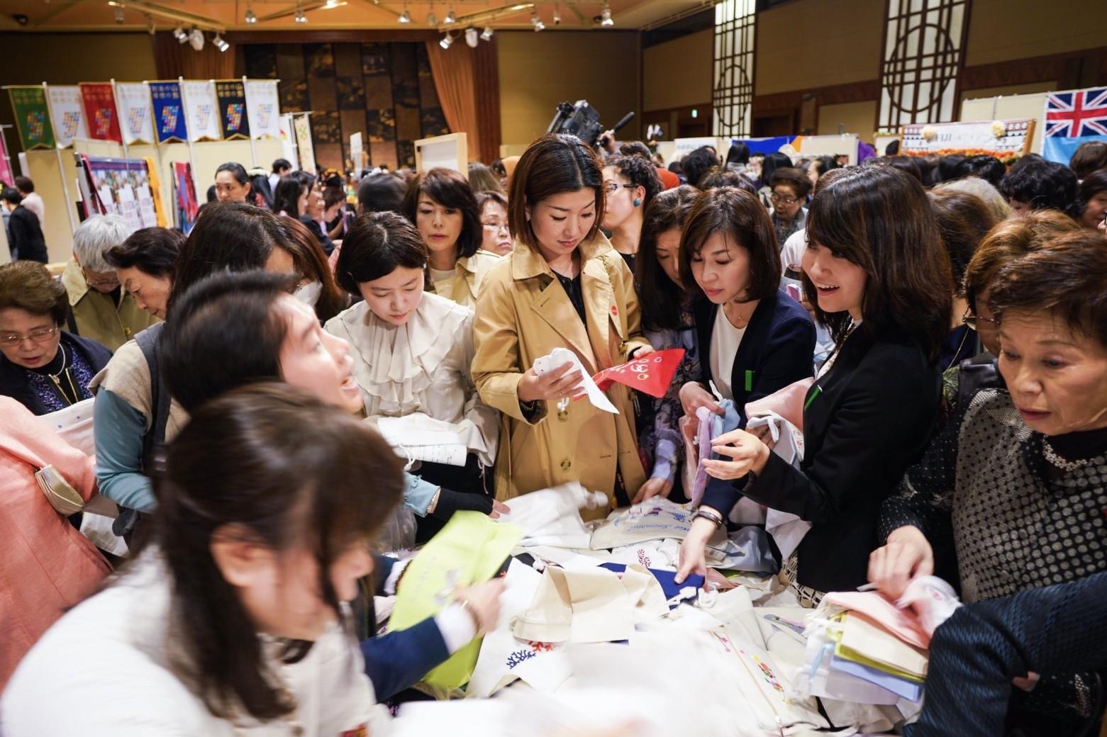 Rạng rỡ trong tà áo dài, nữ DHS Việt thu hút mọi ánh nhìn tại chương trình từ thiện châu Á - Thái Bình Dương - Ảnh 6.