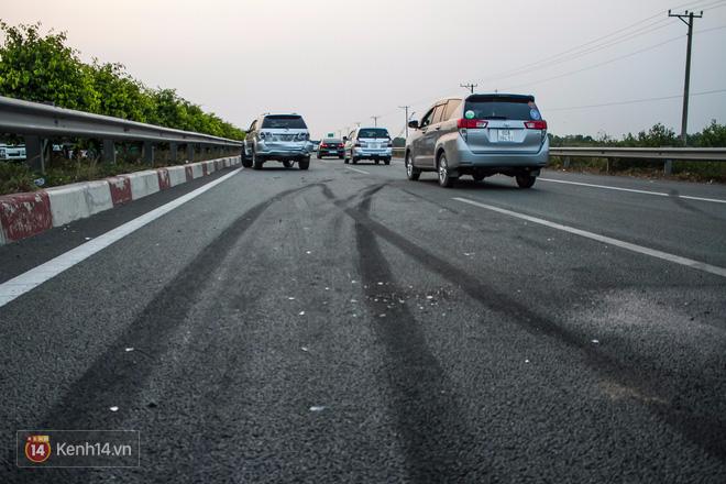 Hành khách ẵm con cuốc bộ trên cao tốc Long Thành sau vụ tai nạn liên hoàn khiến cả tuyến đường kẹt cứng - Ảnh 8.