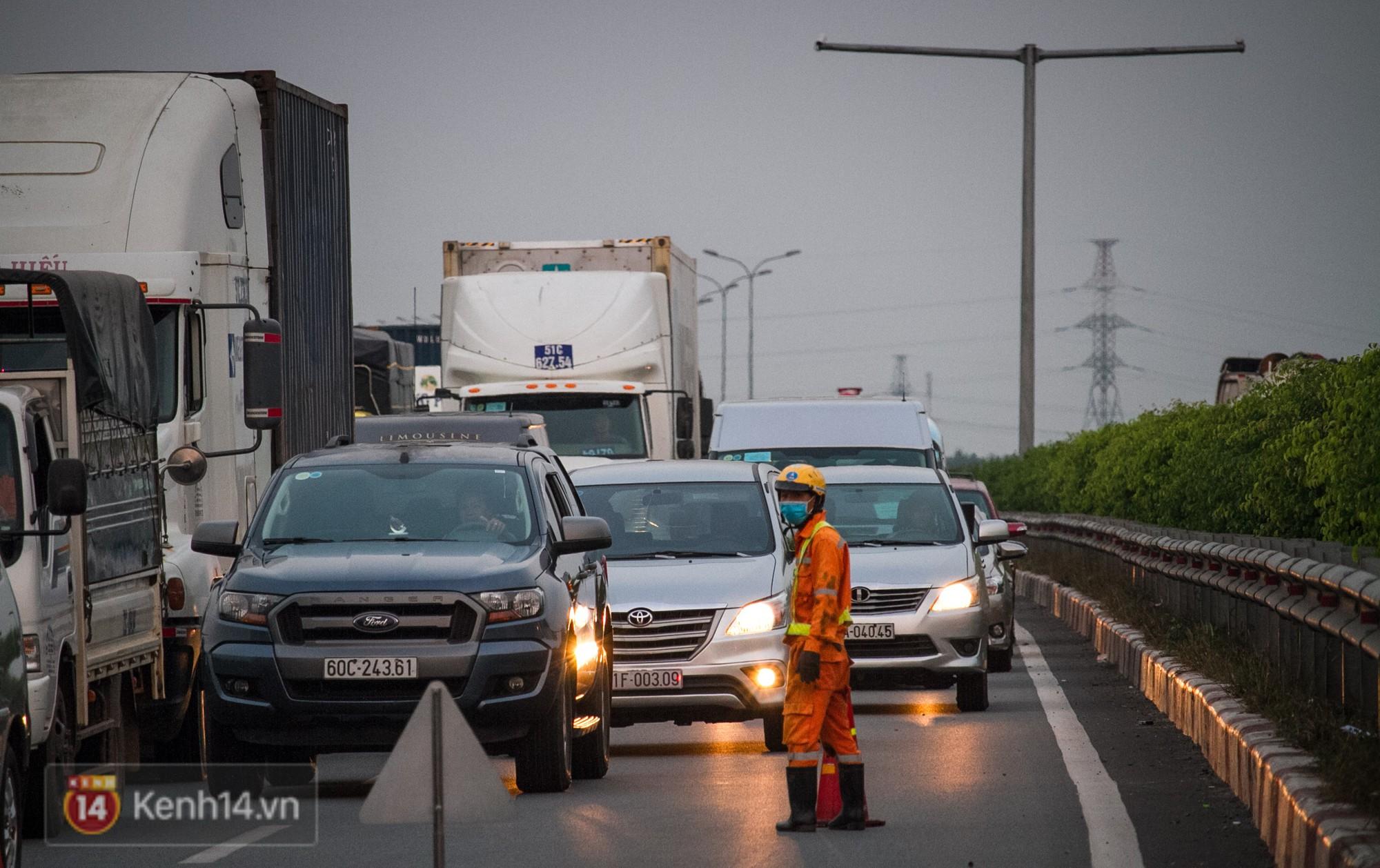 Hành khách ẵm con cuốc bộ trên cao tốc Long Thành sau vụ tai nạn liên hoàn khiến cả tuyến đường kẹt cứng - Ảnh 13.
