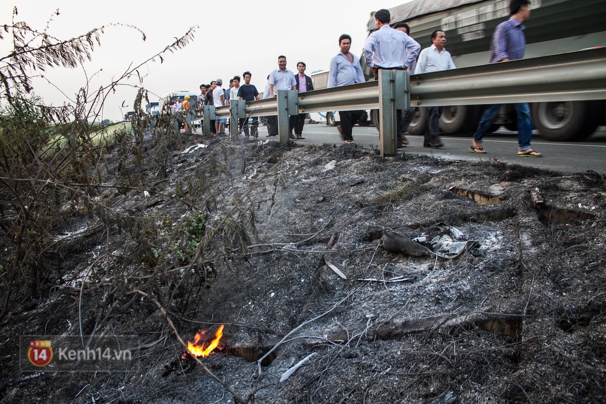 Hành khách ẵm con cuốc bộ trên cao tốc Long Thành sau vụ tai nạn liên hoàn khiến cả tuyến đường kẹt cứng - Ảnh 9.