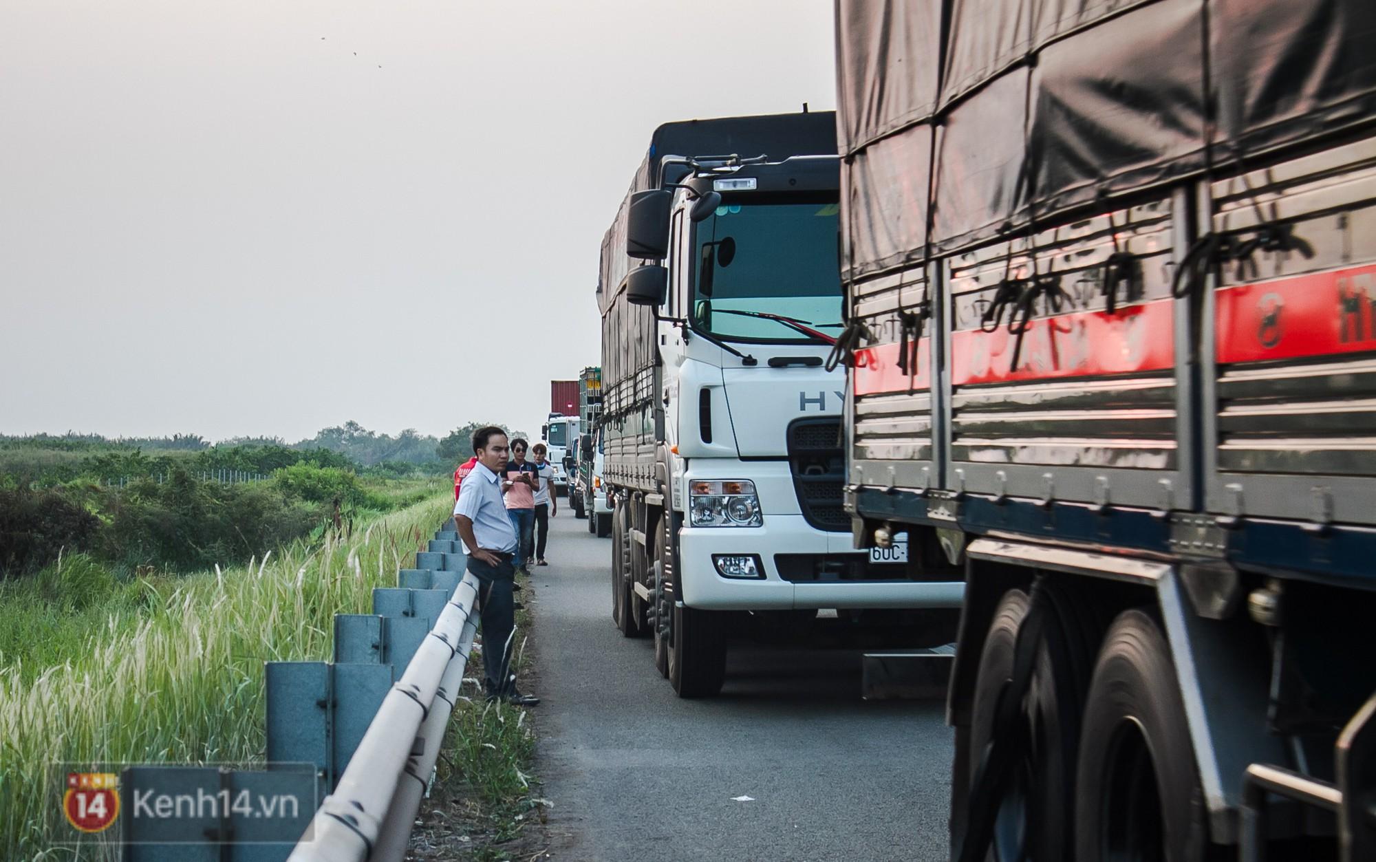 Hành khách ẵm con cuốc bộ trên cao tốc Long Thành sau vụ tai nạn liên hoàn khiến cả tuyến đường kẹt cứng - Ảnh 1.