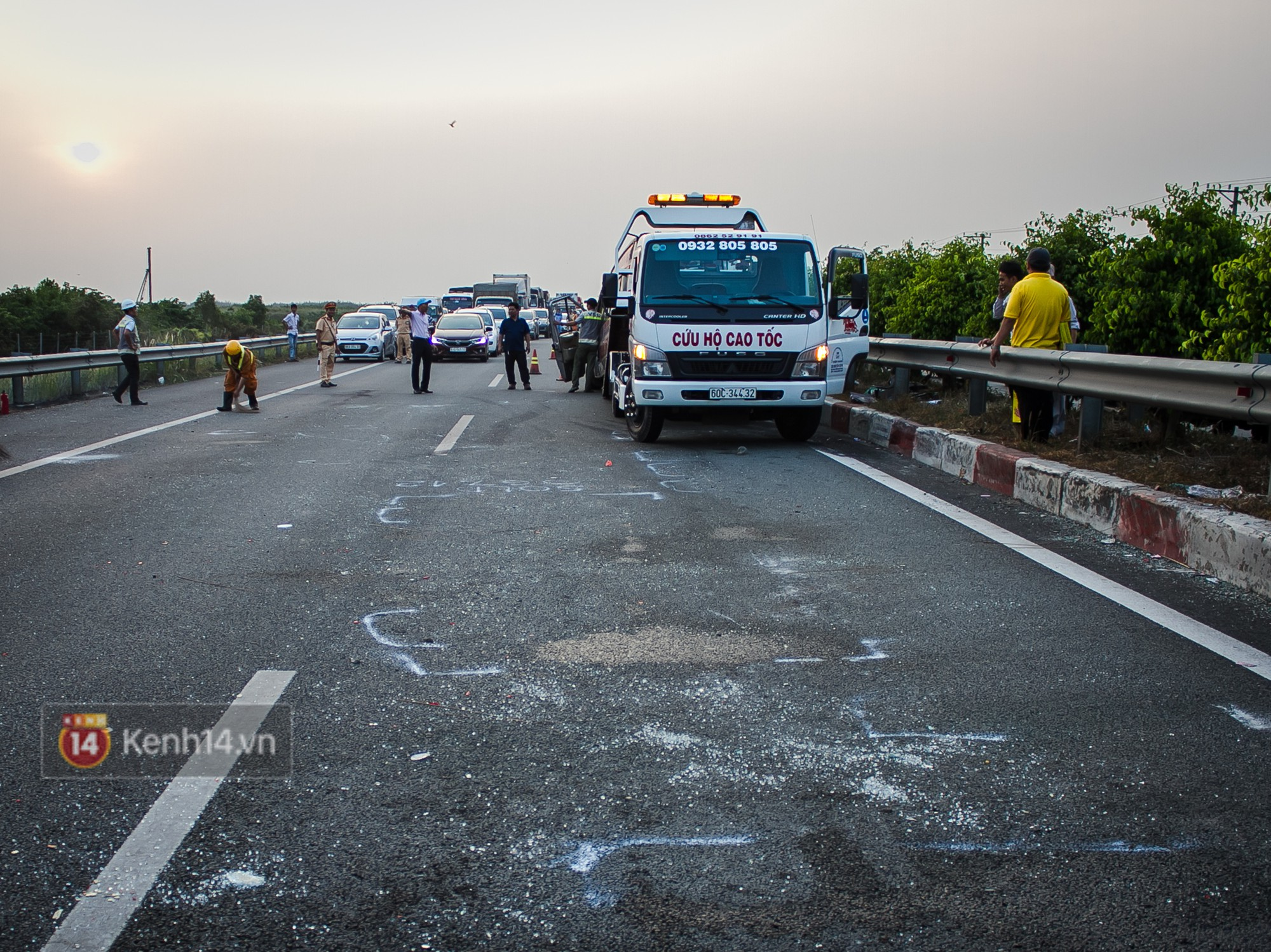 Hành khách ẵm con cuốc bộ trên cao tốc Long Thành sau vụ tai nạn liên hoàn khiến cả tuyến đường kẹt cứng - Ảnh 7.