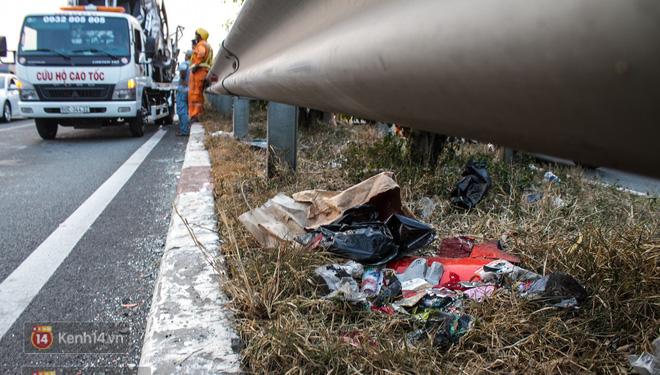 Hành khách ẵm con cuốc bộ trên cao tốc Long Thành sau vụ tai nạn liên hoàn khiến cả tuyến đường kẹt cứng - Ảnh 6.