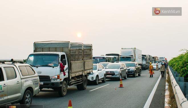 Hành khách ẵm con cuốc bộ trên cao tốc Long Thành sau vụ tai nạn liên hoàn khiến cả tuyến đường kẹt cứng - Ảnh 12.