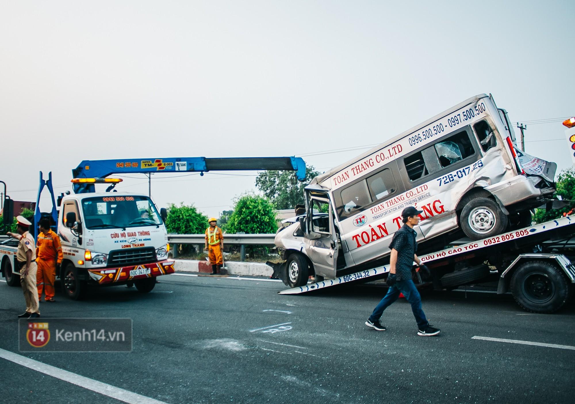 Hành khách ẵm con cuốc bộ trên cao tốc Long Thành sau vụ tai nạn liên hoàn khiến cả tuyến đường kẹt cứng - Ảnh 5.