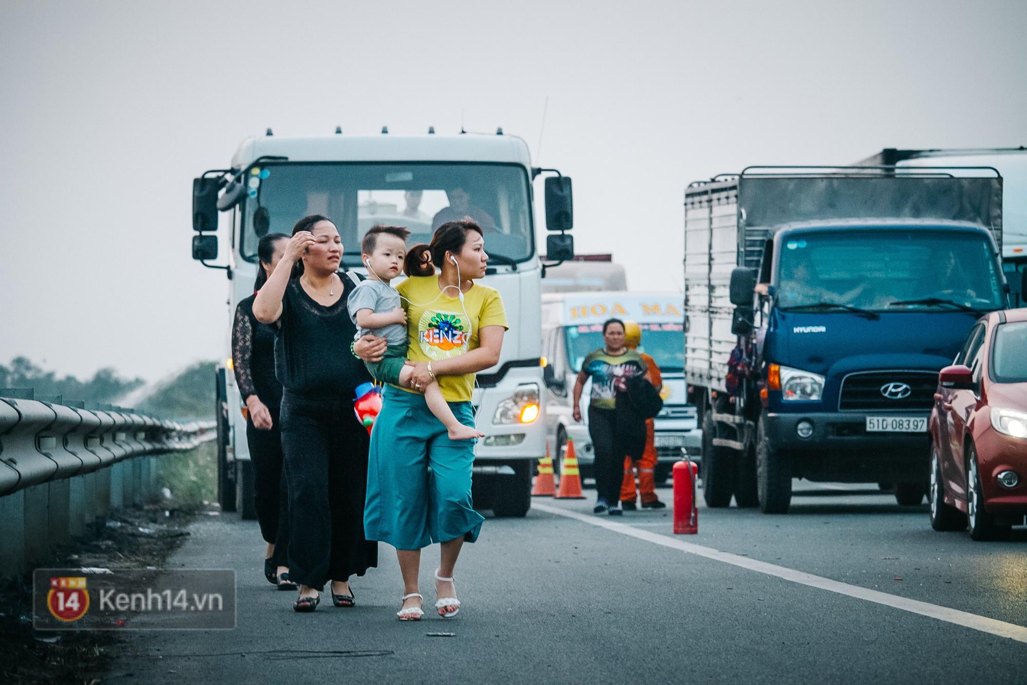 Hành khách ẵm con cuốc bộ trên cao tốc Long Thành sau vụ tai nạn liên hoàn khiến cả tuyến đường kẹt cứng - Ảnh 2.