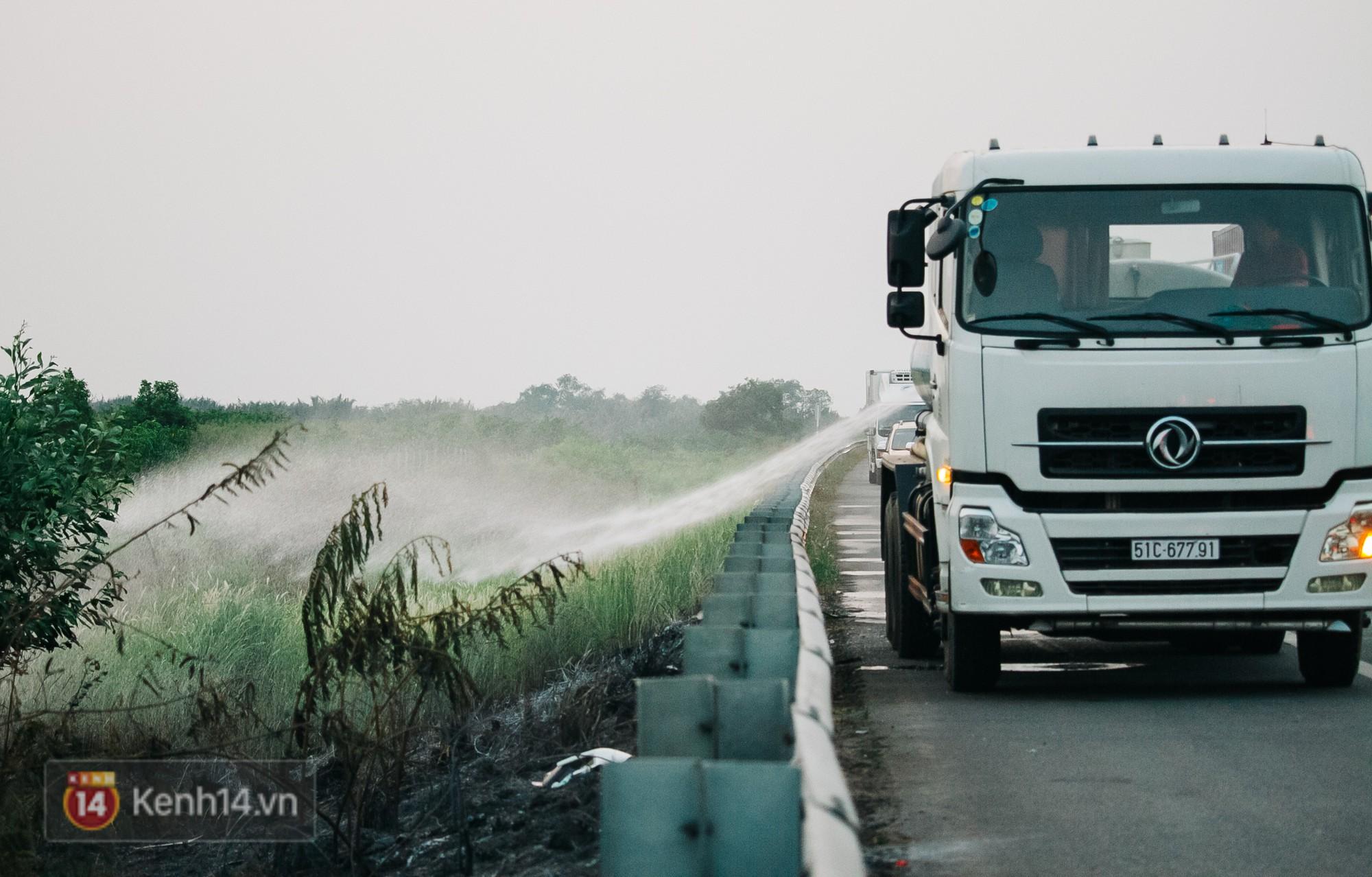 Hành khách ẵm con cuốc bộ trên cao tốc Long Thành sau vụ tai nạn liên hoàn khiến cả tuyến đường kẹt cứng - Ảnh 10.