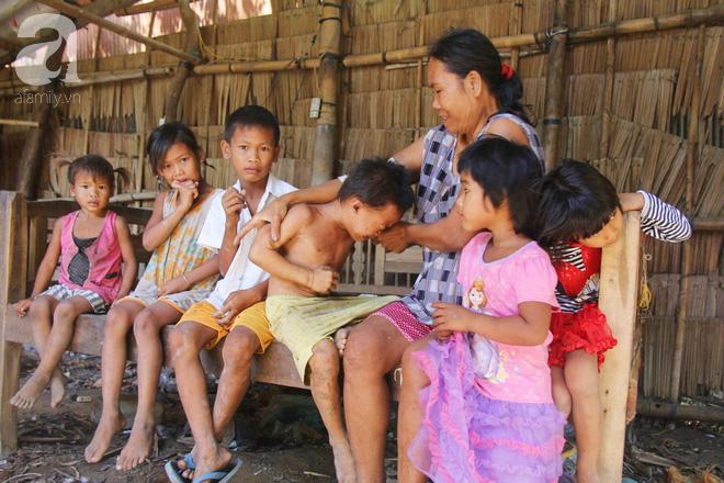 Bố bỏ đi theo vợ nhỏ, 7 đứa trẻ không được đi học sống nheo nhóc bên người mẹ điên và bà ngoại già bệnh tật - Ảnh 1.