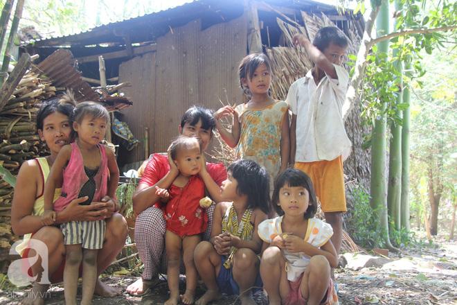 Bố bỏ đi theo vợ nhỏ, 7 đứa trẻ không được đi học sống nheo nhóc bên người mẹ điên và bà ngoại già bệnh tật - Ảnh 15.