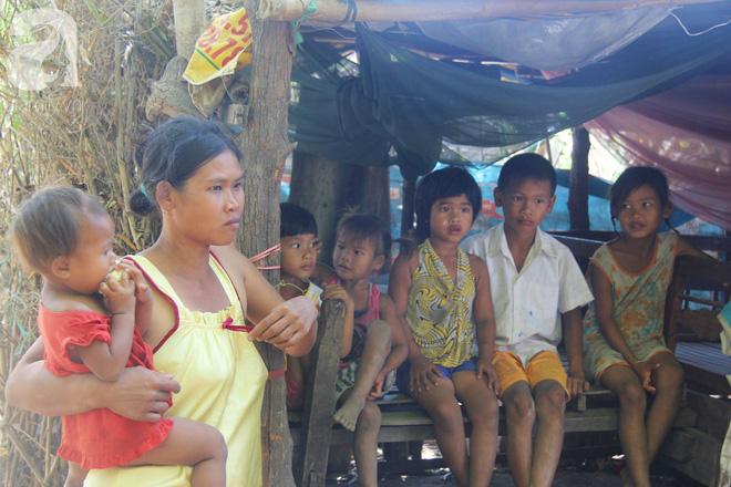 Bố bỏ đi theo vợ nhỏ, 7 đứa trẻ không được đi học sống nheo nhóc bên người mẹ điên và bà ngoại già bệnh tật - Ảnh 7.