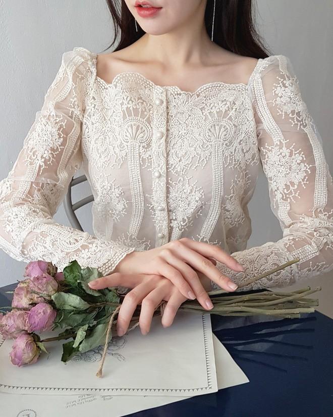Vừa cổ điển lại nữ tính, áo cổ vuông dự là item sẽ được các nàng thi nhau tìm mua hè này - Ảnh 9.