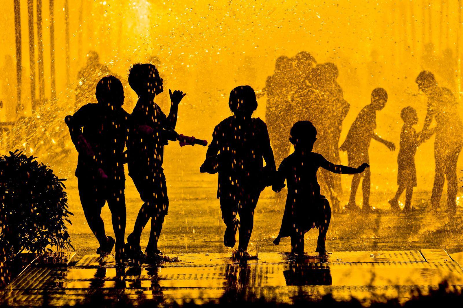 Lễ hội té nước Songkran: Đừng giữ mình khô ráo nếu muốn hưởng hạnh phúc! - Ảnh 5.