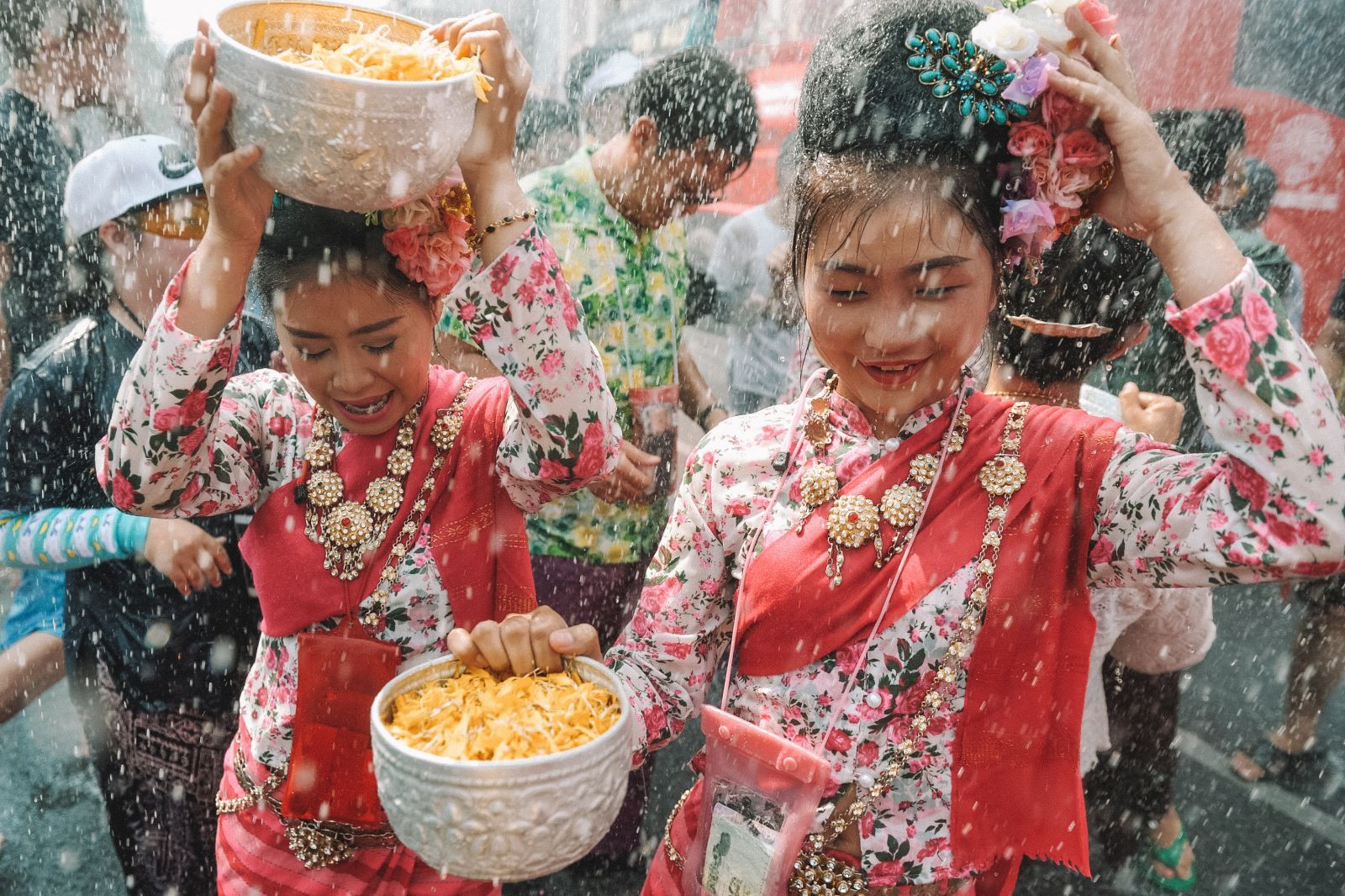 Lễ hội té nước Songkran: Đừng giữ mình khô ráo nếu muốn hưởng hạnh phúc! - Ảnh 8.